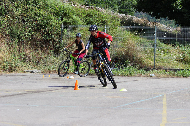 Aprendiendo a mover el cuerpo sobre la bici.